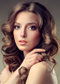 Прическа с пробором для густых волос